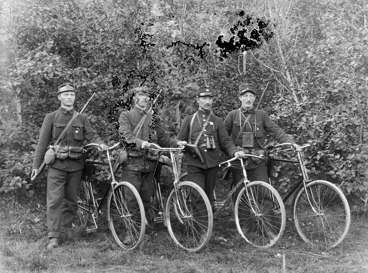 Четыре норвежских солдата с велосипедами, около 1890-1910 гг.