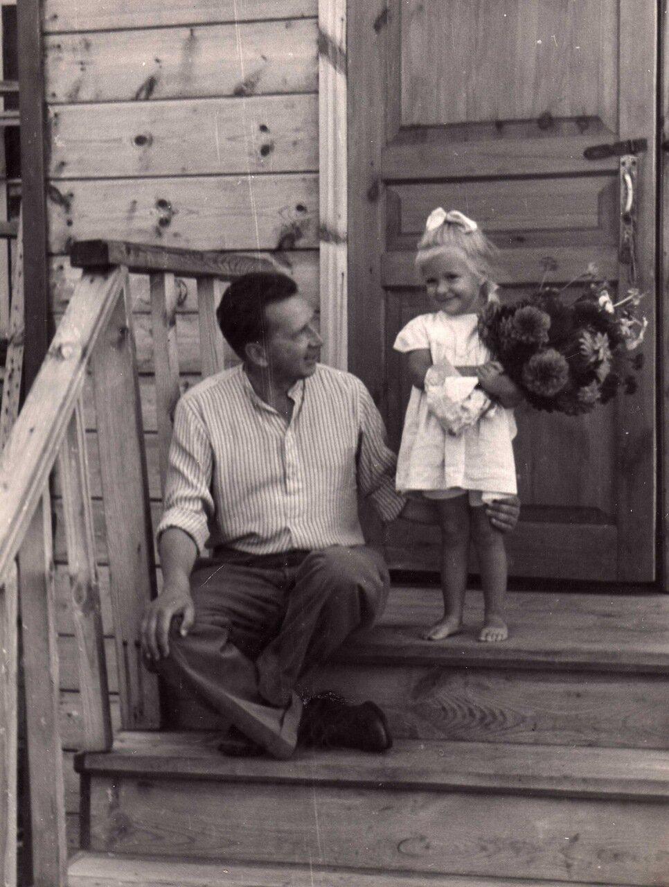 1951 г. К.А. Воробьев с дочкой Олей. Дубненский заповедник