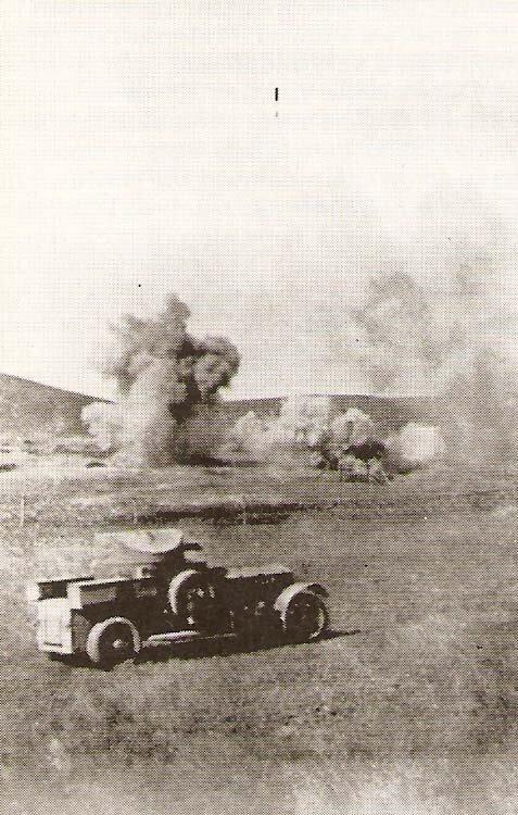 Британская бронированная машина в бою