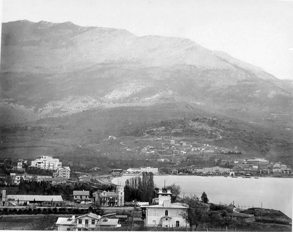 13. Ялта. Вид на Поликуровский холм со стороны набережной; справа на втором плане - собор Св.Иоанна Златоуста с колокольней