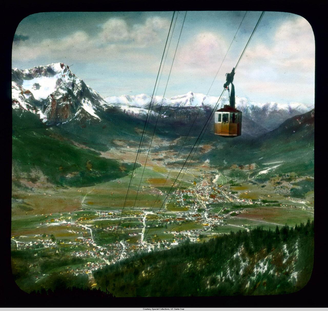 Гармиш-Партенкирхен. Подвесной кабель фуникулера на вершину горы Ванк и вид на Партенкирхен