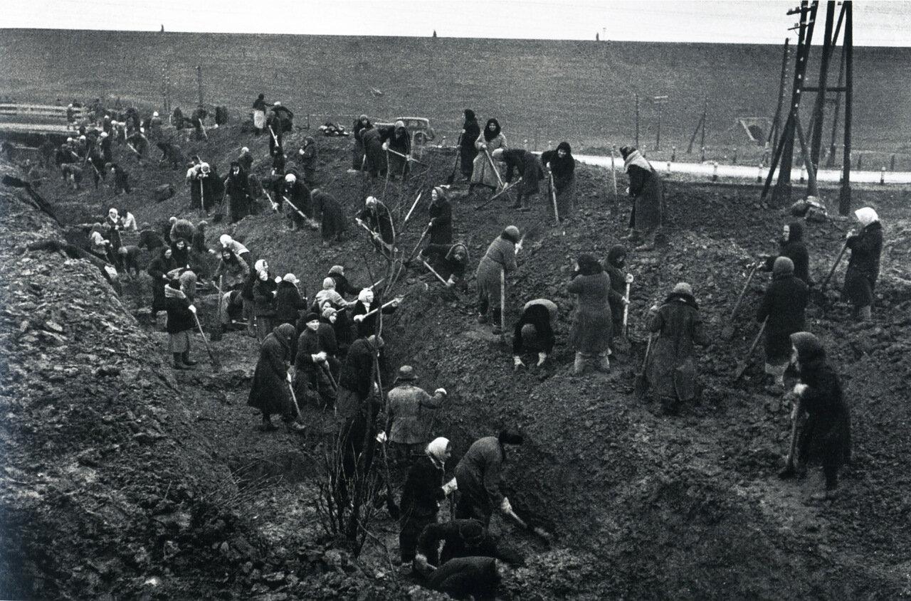 Рытье противотанковых рвов под Москвой. Октябрь. 1941 г.