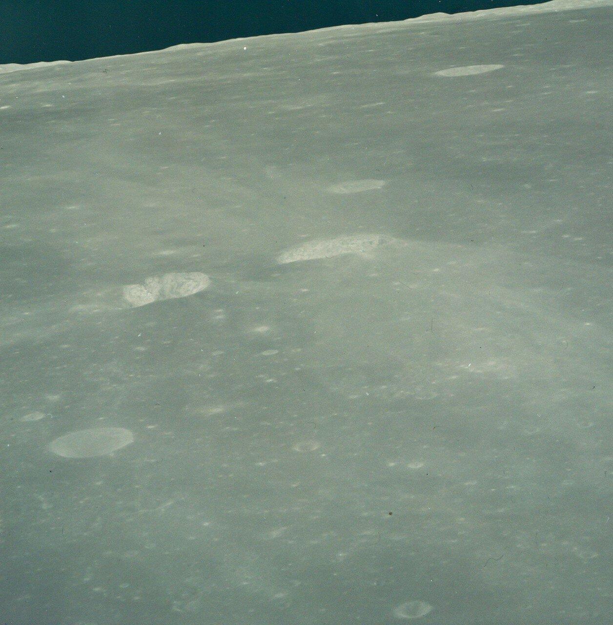 На восемьдесят третьем часу полёта корабль вышел на начальную селеноцентрическую орбиту, близкую к расчётной. На снимке: Лунный горизонт над Морем Изобилия