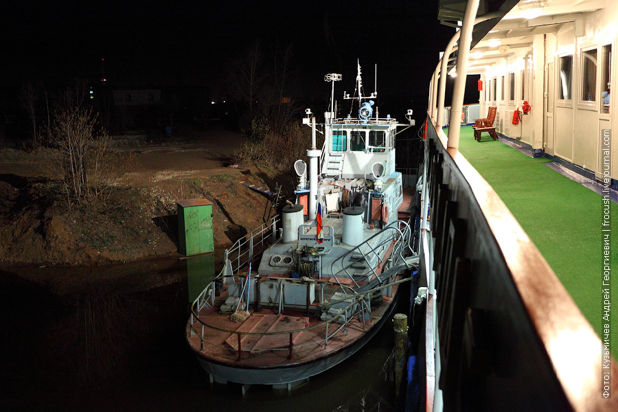 ночная фотография буксира-толкача «Морянка» у Вятских полян