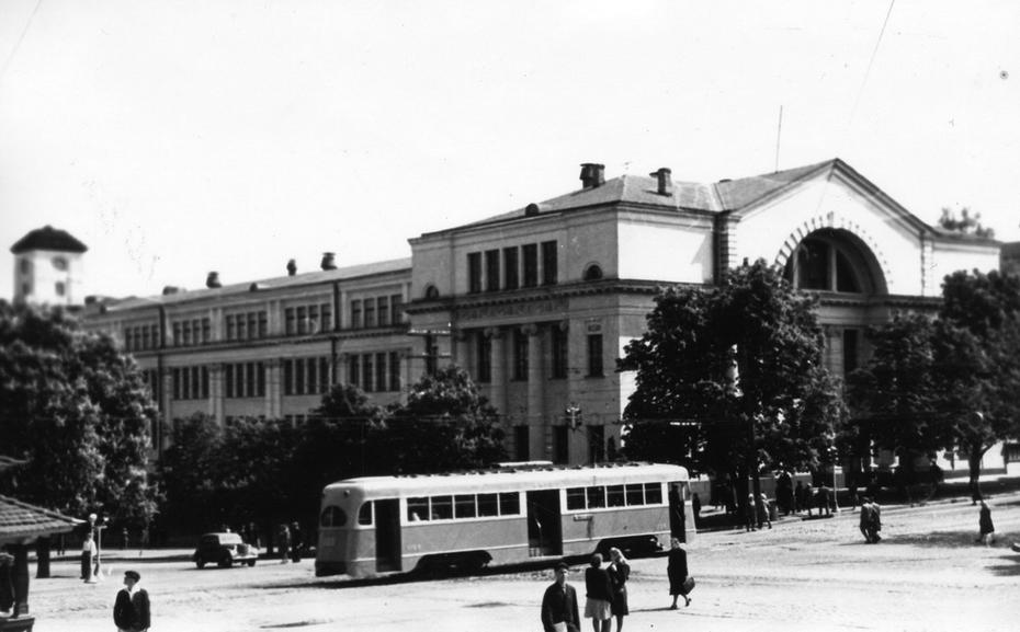 1944. Трамвай на углу улиц Ленина (сейчас Богдана Хмельницкого) и Владимирской