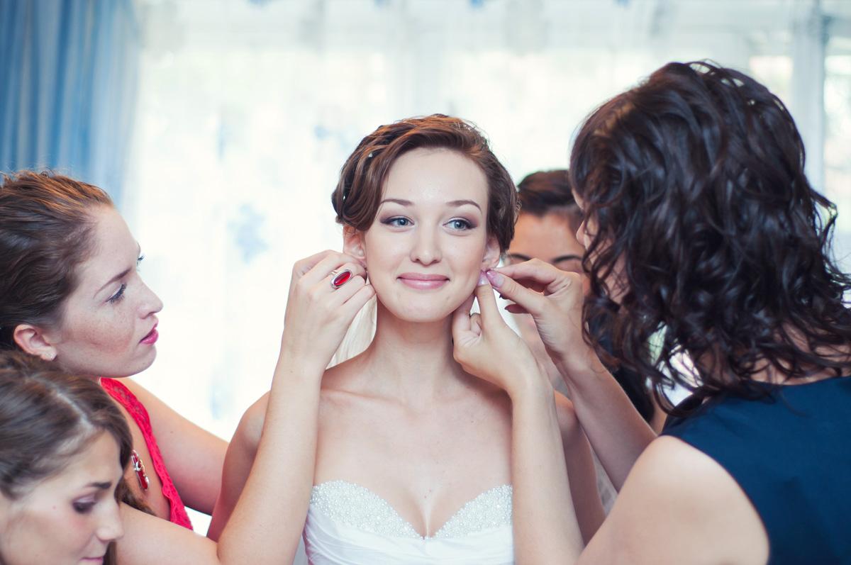 Невесту наряжают подружки