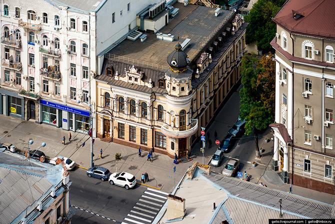 Дом Черновой. Также это красивейшее здание Ростова известно как «Дом с кариатидами». Дом был подарен