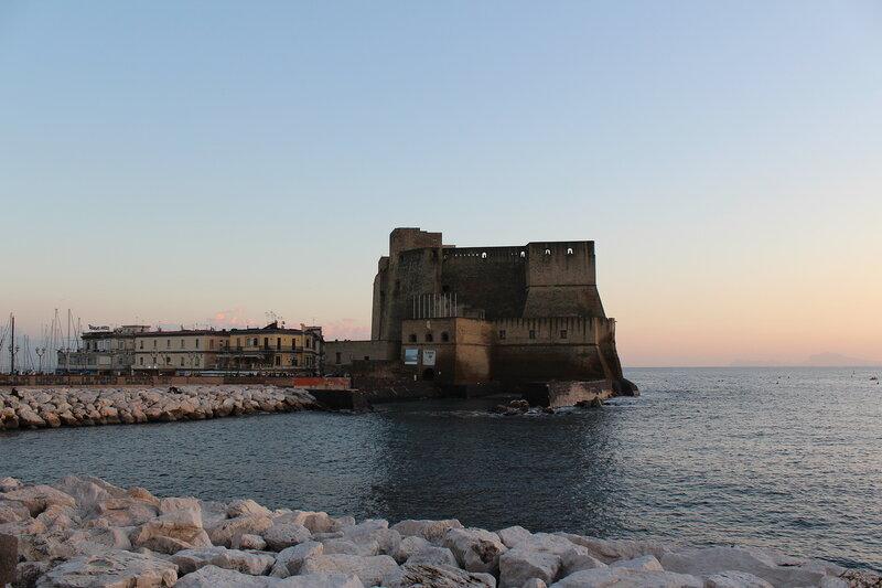 А это его старший товарищ - Castel dell'Ovo