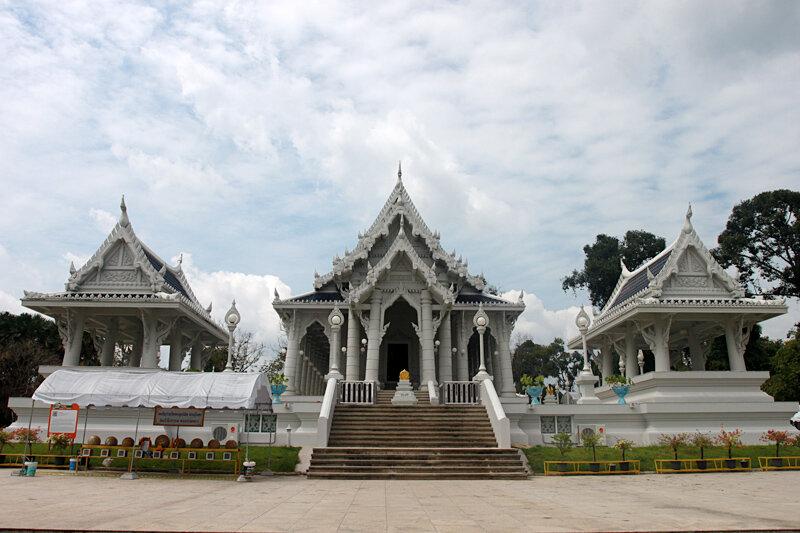 Kaew Temple - белый буддийский храм в Краби-тауне