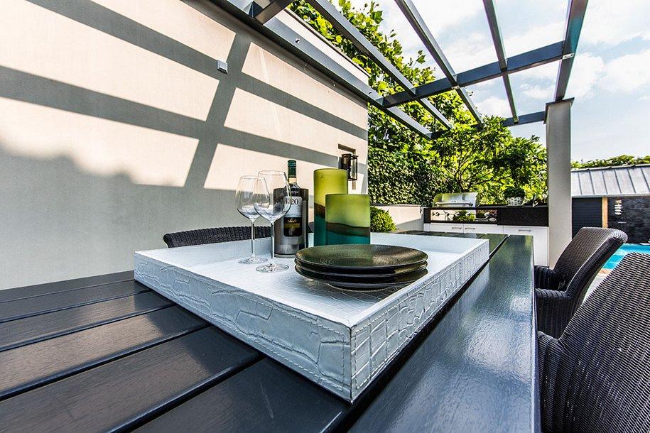 Небольшой и уютный задний двор частного дома в Нидерландах