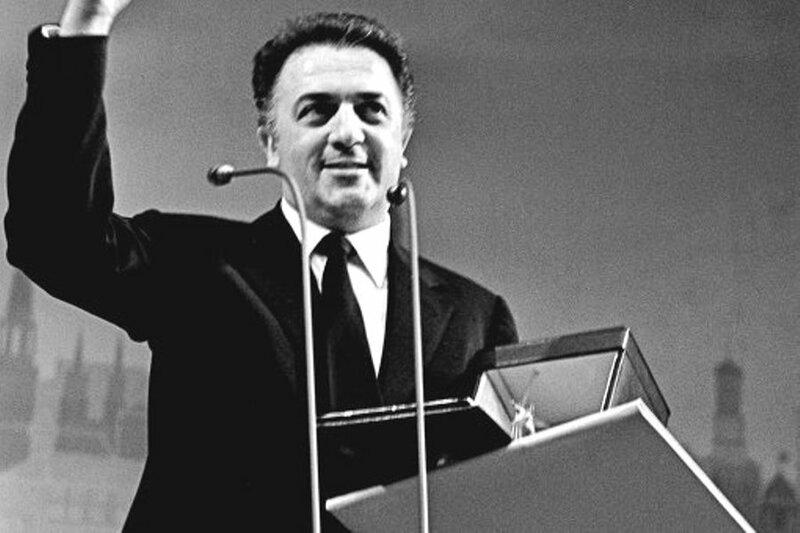 1963 год.  Федерико Феллини получает Большой приз Третьего московского кинофестиваля за фильм 8 1/2.