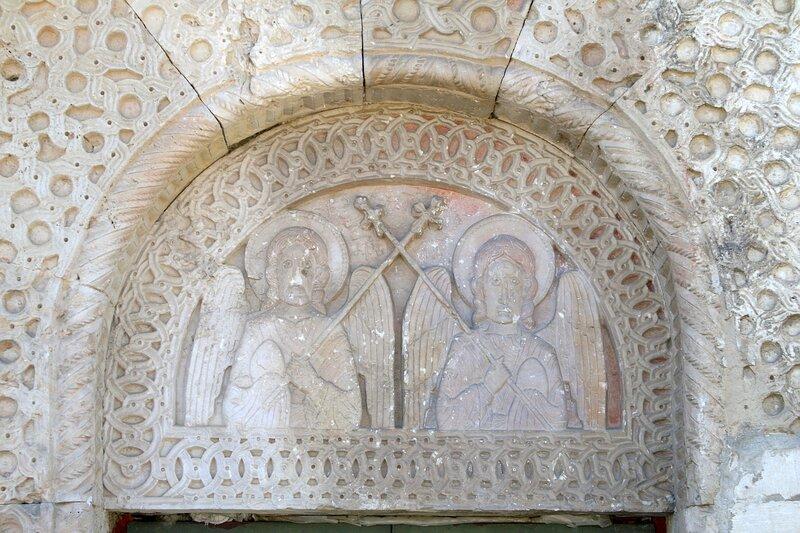 Церковь Никорцминда в Раче. Настенная резьба над боковой дверью в северной стене: ангелы.
