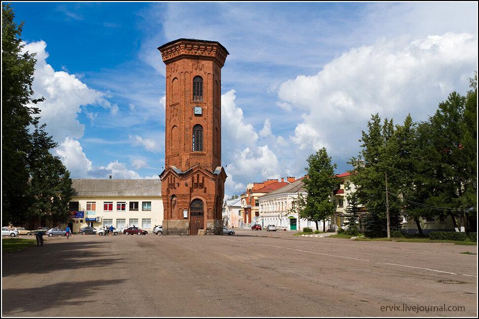 Застройка центра города типичная для провинциальных городов с долгой историей - 1-2-3-этажные каменные дома с покатыми крышами. Центральную площадь тут украшает водонапорная башня столетней давности