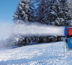 Систему оснежения монтируют на горнолыжной базе в Арсеньеве