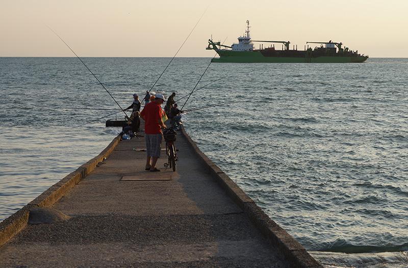 Рыбаки на буне у набережной улицы Приморской