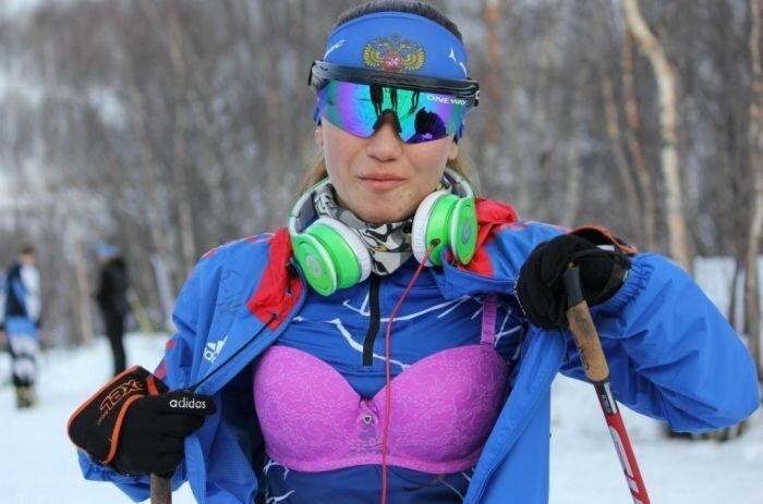 Спортсменка-биатлонистка вышла на гонку в нижнем белье
