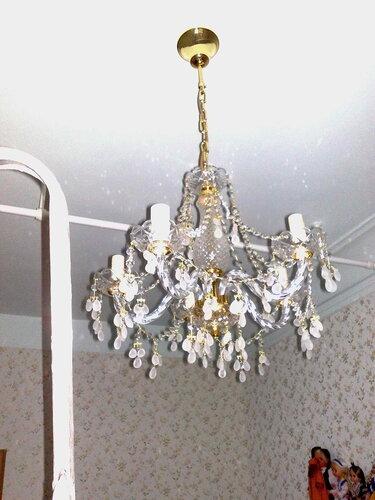 Фото 1. Установка чешской хрустальной люстры «Элит Богемия» («Elite Bohemia») в спальне. Общий вид люстры.