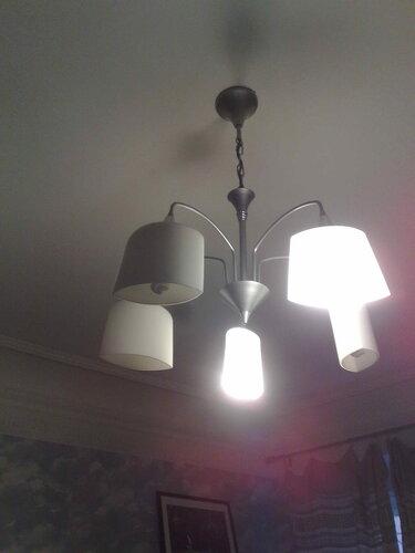 Фото 14. Нажата одна из двух клавиш выключателя. Работают две лампы из пяти - согласно схеме люстры.