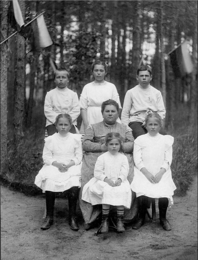 1909. Жена купца Ольга Алексеевна Семенова с детьми, Териоки