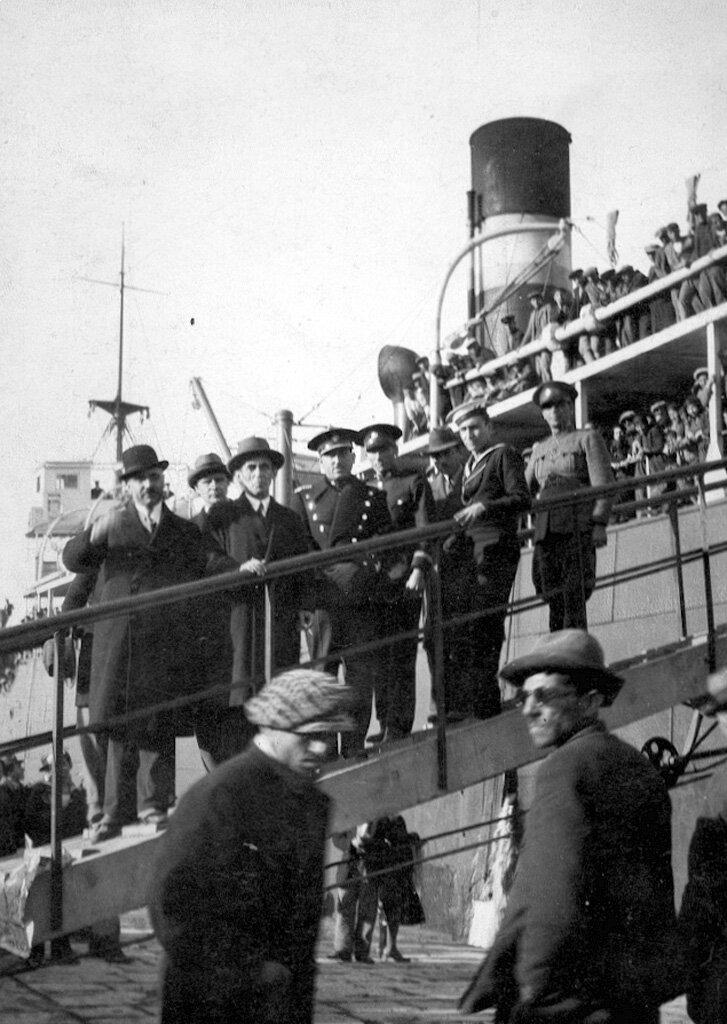 Начало посадки беженцев на корабль в  порту Пирей для отправки в Армению в декабре 1931 года