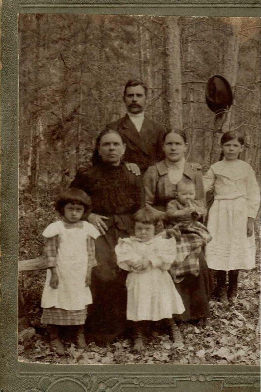 Семья механика Рябчевского.1914(или 1915г.) в поселке при Леонидовском заводе. Пожилая женщина - мать Нила.