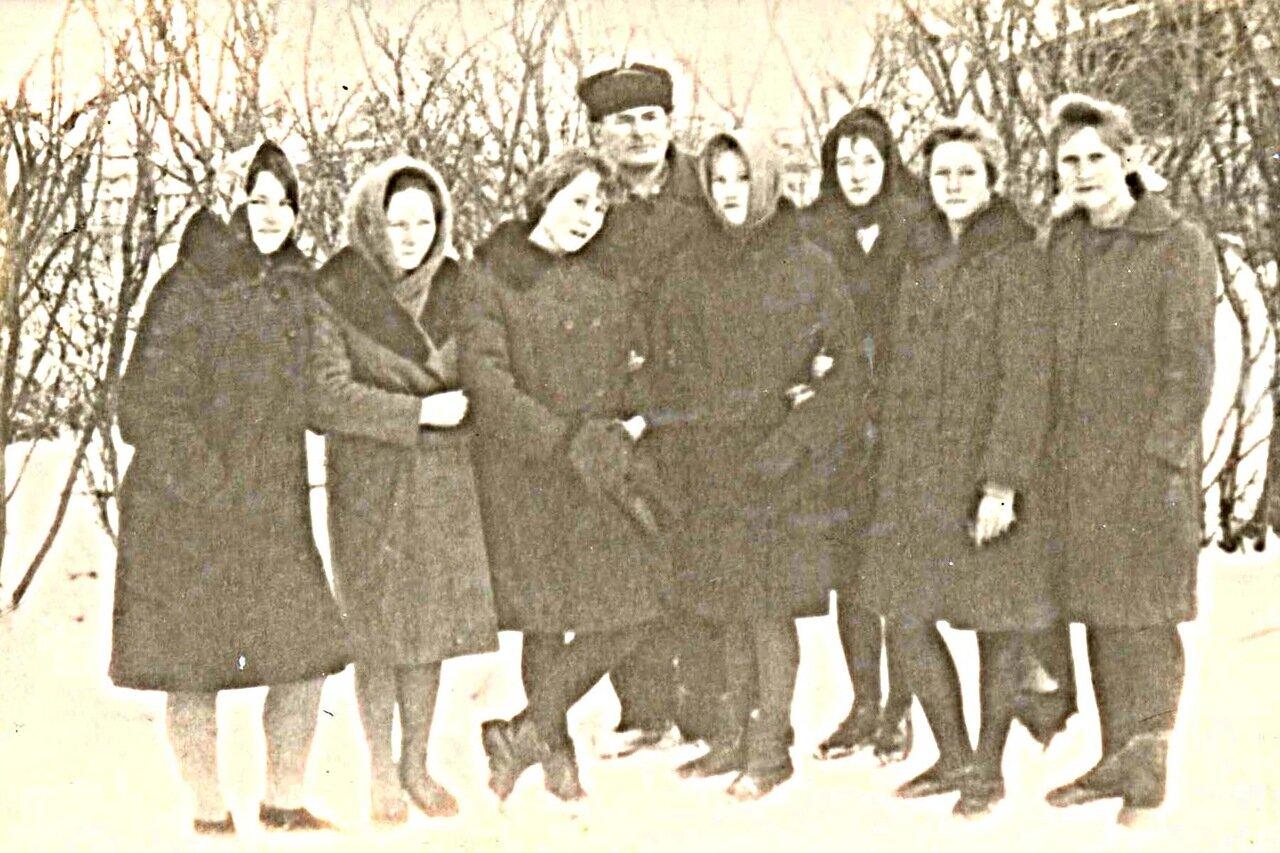 28. Старшие воспитанницы с И.А. Агаповым.