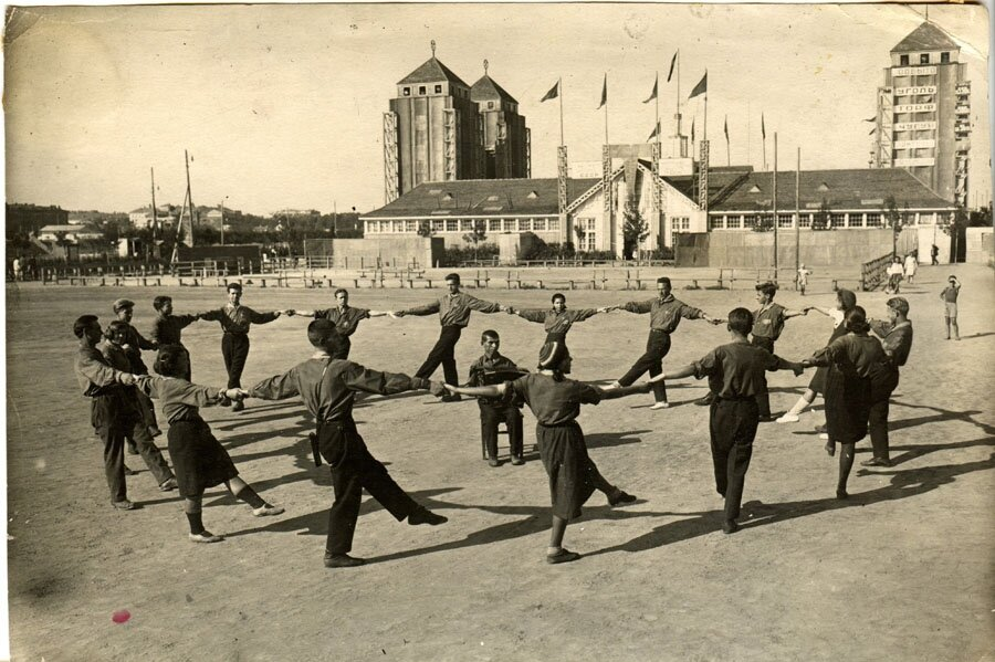 1920-е. Перед павильоном ЦУЛП (Центральное Управление Лесной Промышленности)
