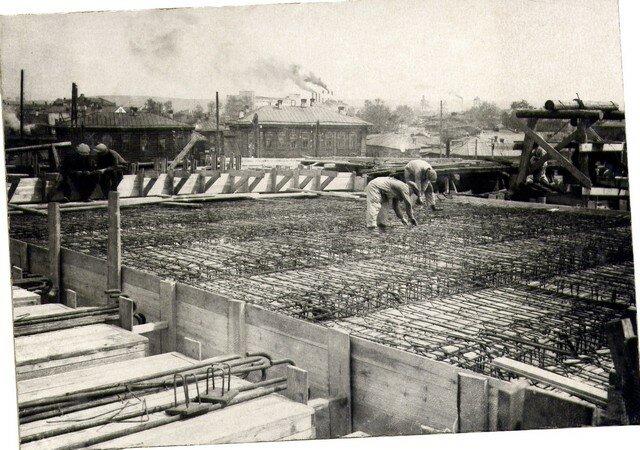 Укладка арматуры плиты в пролетном строении правобережной эстакады. Июнь 36г.