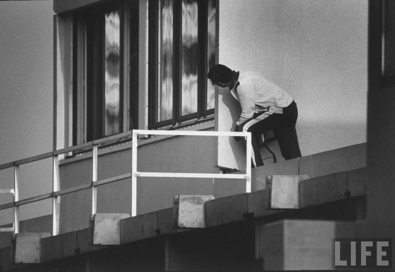 Полицейский под видом спортсмена пытается проникнуть в помещение, удерживаемое арабскими террористами