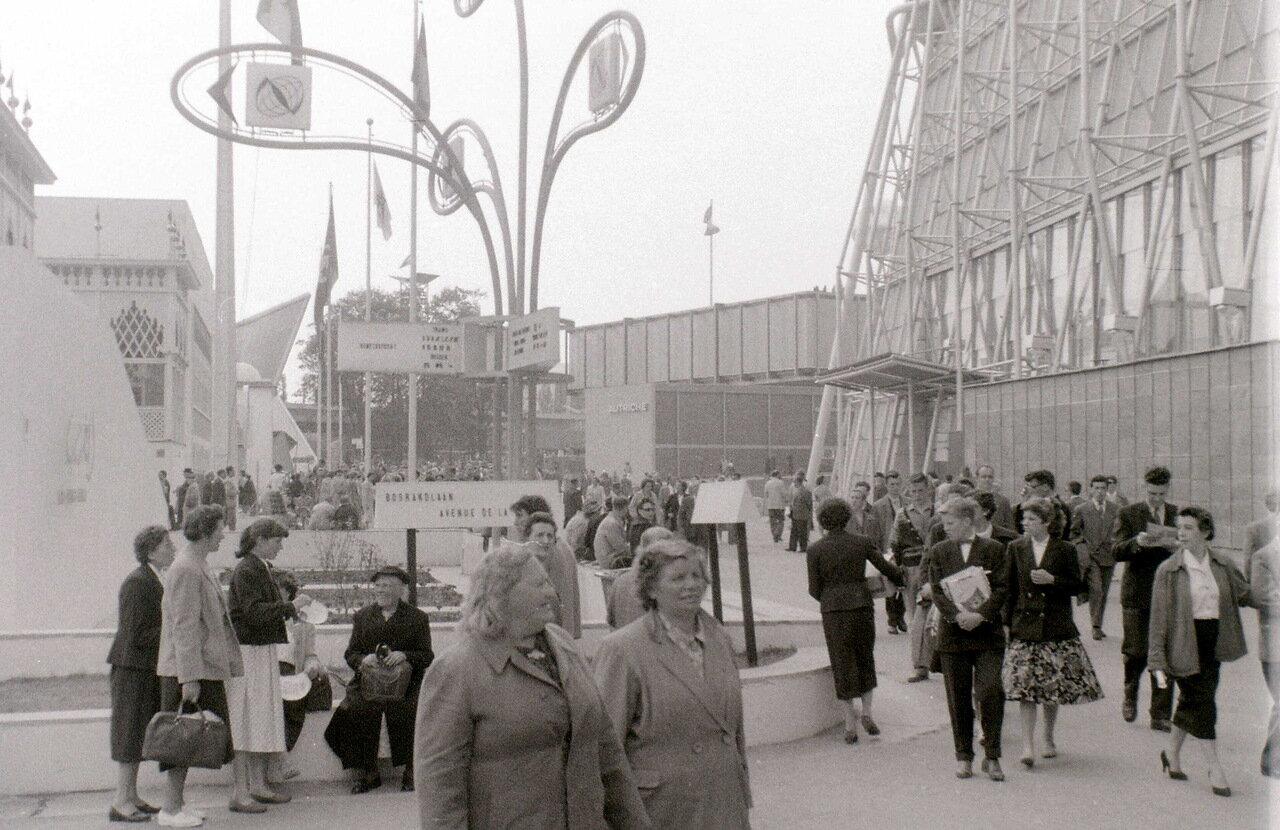 Слева павильон Туниса, справа Франции