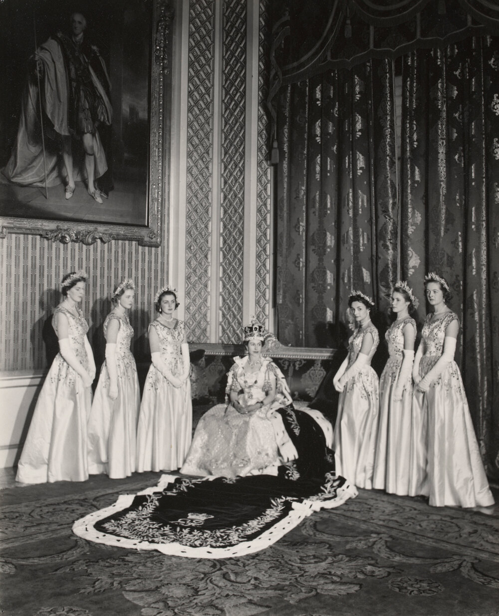 Королева Елизавета II с ее фрейлинами 2 июня 1953 г.