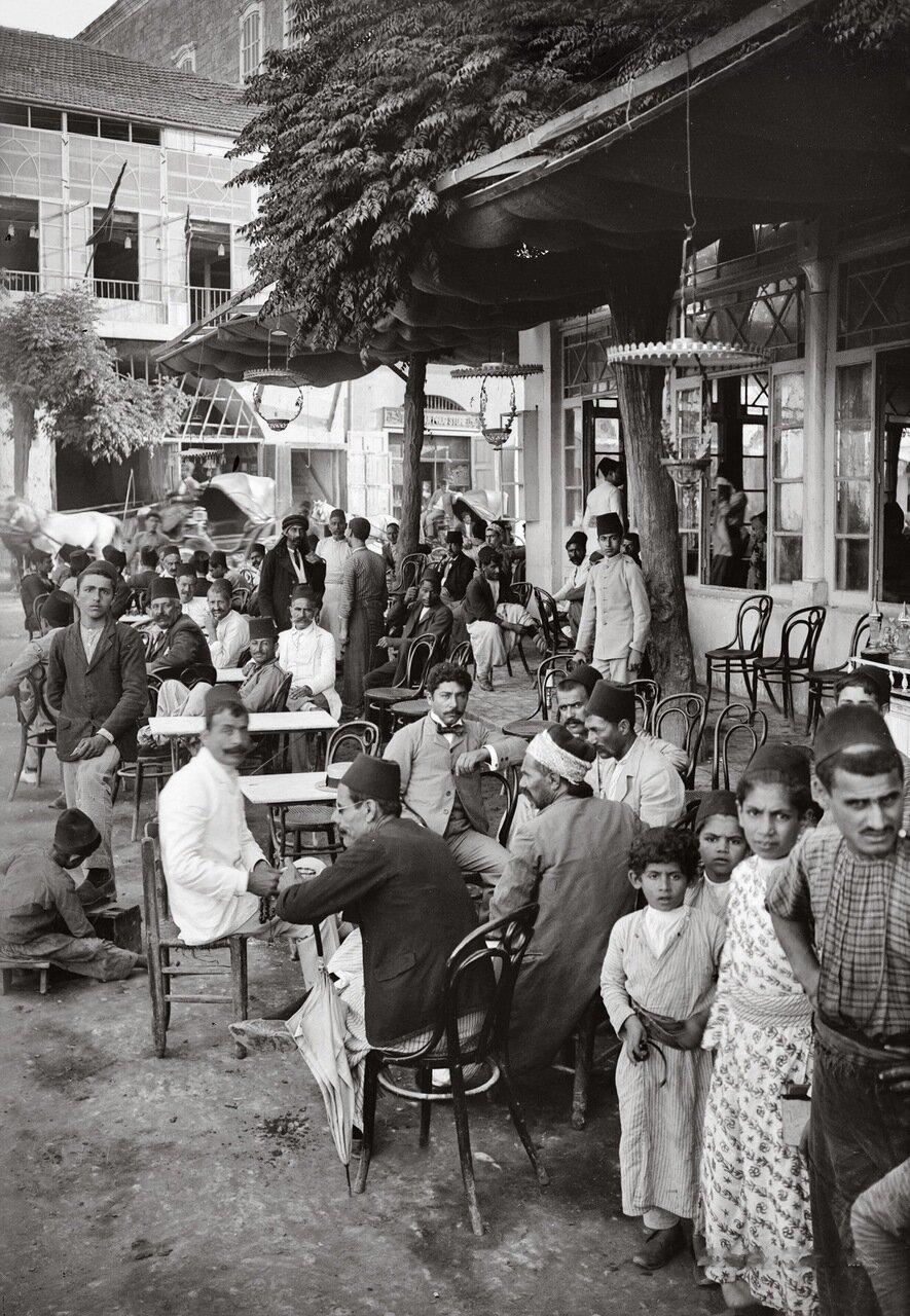 Кафе в общественном саду. Бейрут, Ливан. 1900-1920 гг.