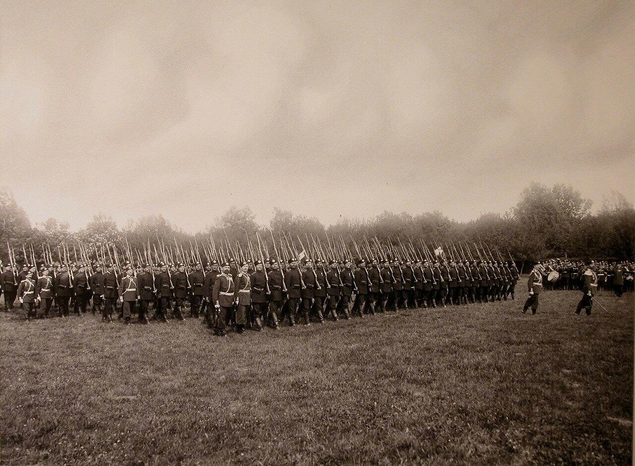 11. Четвертый батальон полка проходит церемониальным маршем во время парада