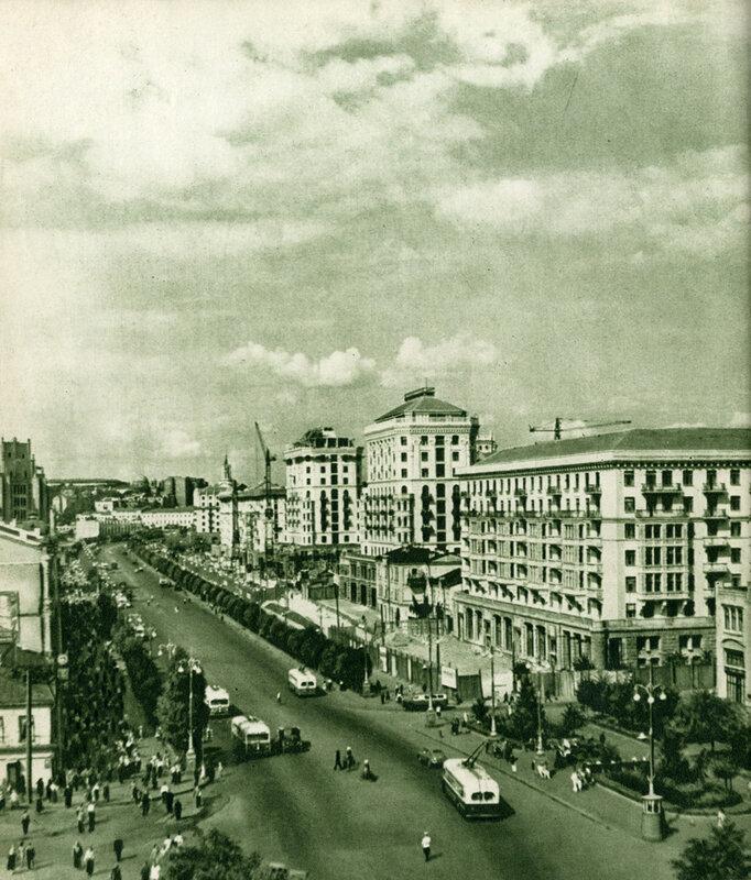 Стрункі світлі будинки піднялися на Хрещатику в районі Критого ринку.