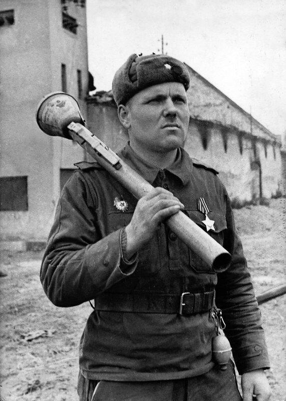 Герой гвардеец с трофейной базукой. Кёнигсберг, 1945.jpg