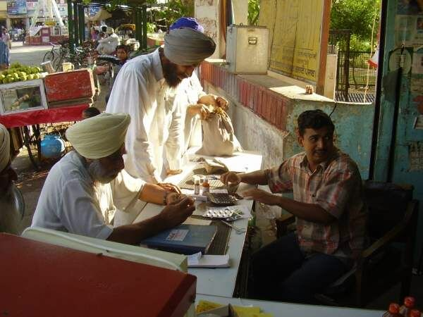 Аптека в Индии (4 фото)