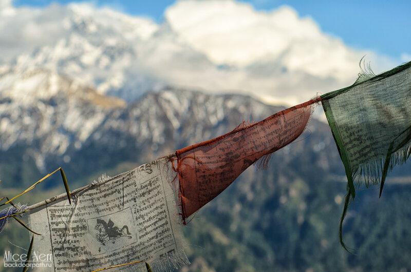 буддистские флажки с мантрами на фоне Гималаев