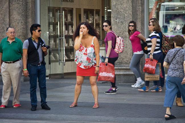 Иоланда: прохожие в шоке, как эффектные позы моделей выглядят в реальной жизни