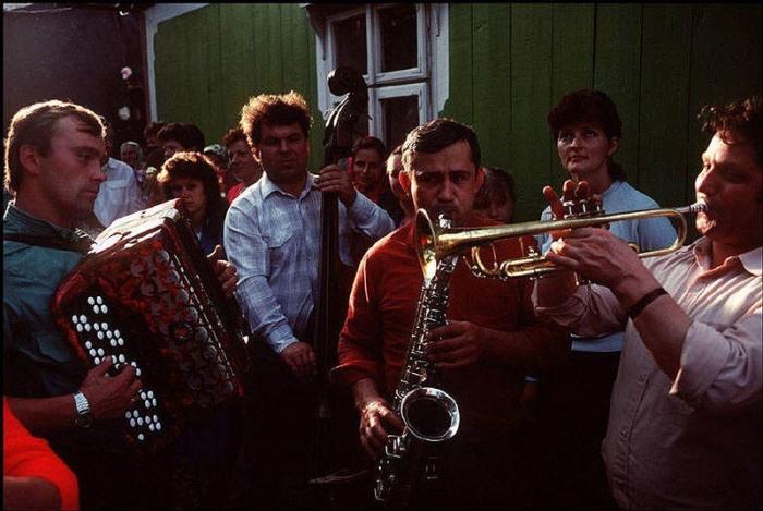 Оркестр на сельской свадьбе, 1988 год. Фотограф Бруно Барби (Bruno Barbey). 17. Пионеры в Донецке