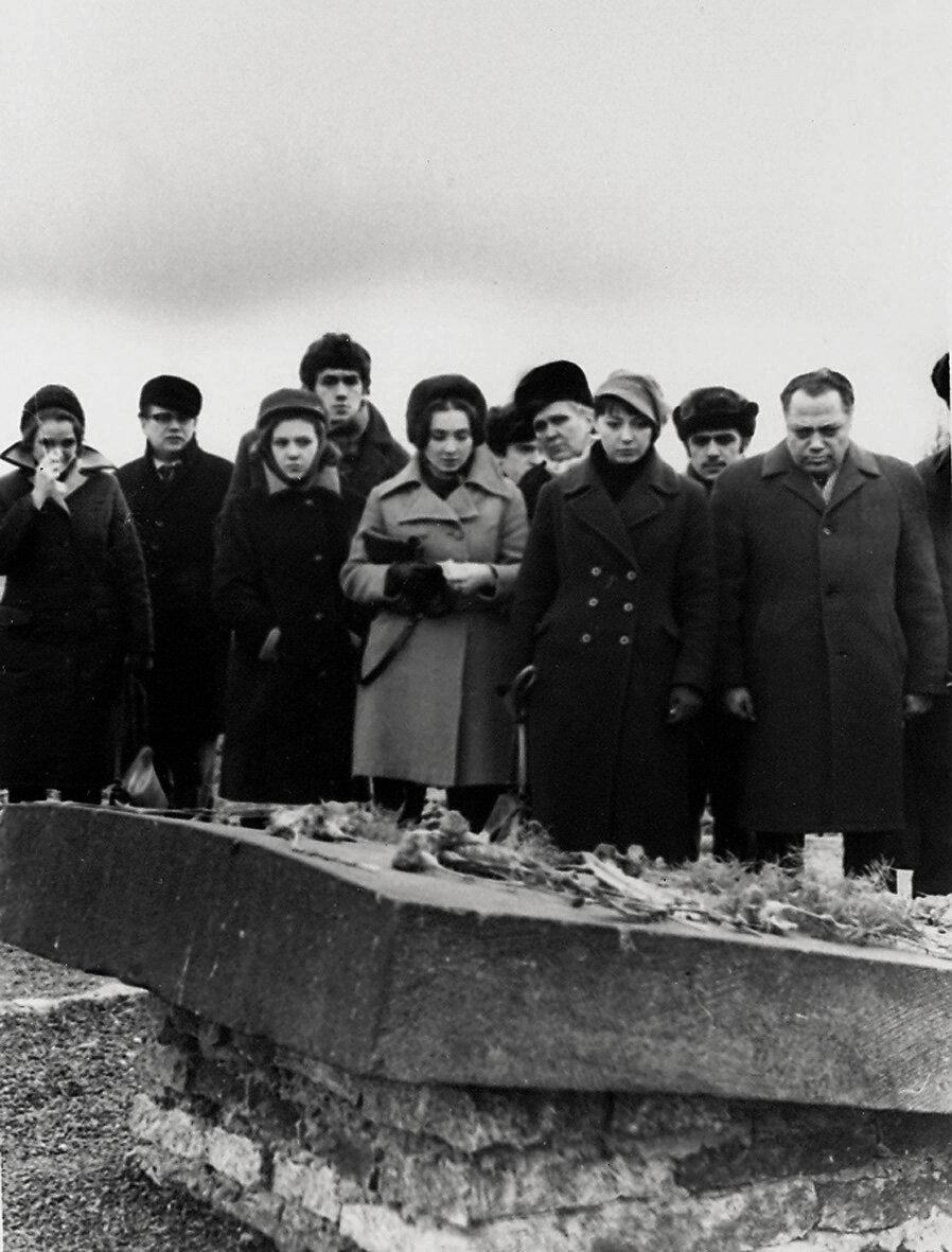 Светлана Собинова со студентами ГИТИСа на месте советского барака в Бухенвальде. 1972 год.