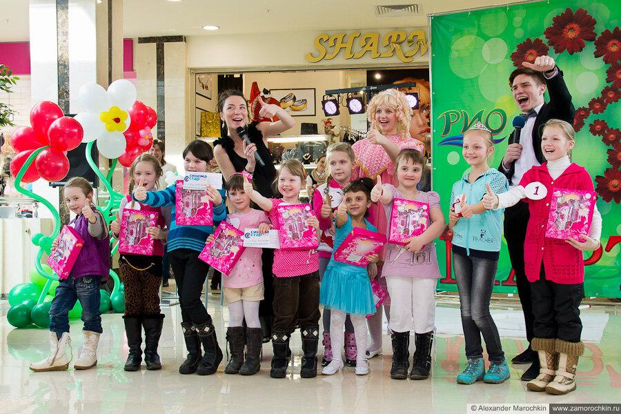 Участницы конкурса фотографируются на память. ТРЦ РИО, Саранск, 08.03.2013