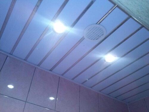 Фото 4. После перезачистки и переподключения проводов выключателя нормальная работа системы освещения санузла была восстановлена - встроенные в реечный подвесной потолок светильники выполняют свою функцию.