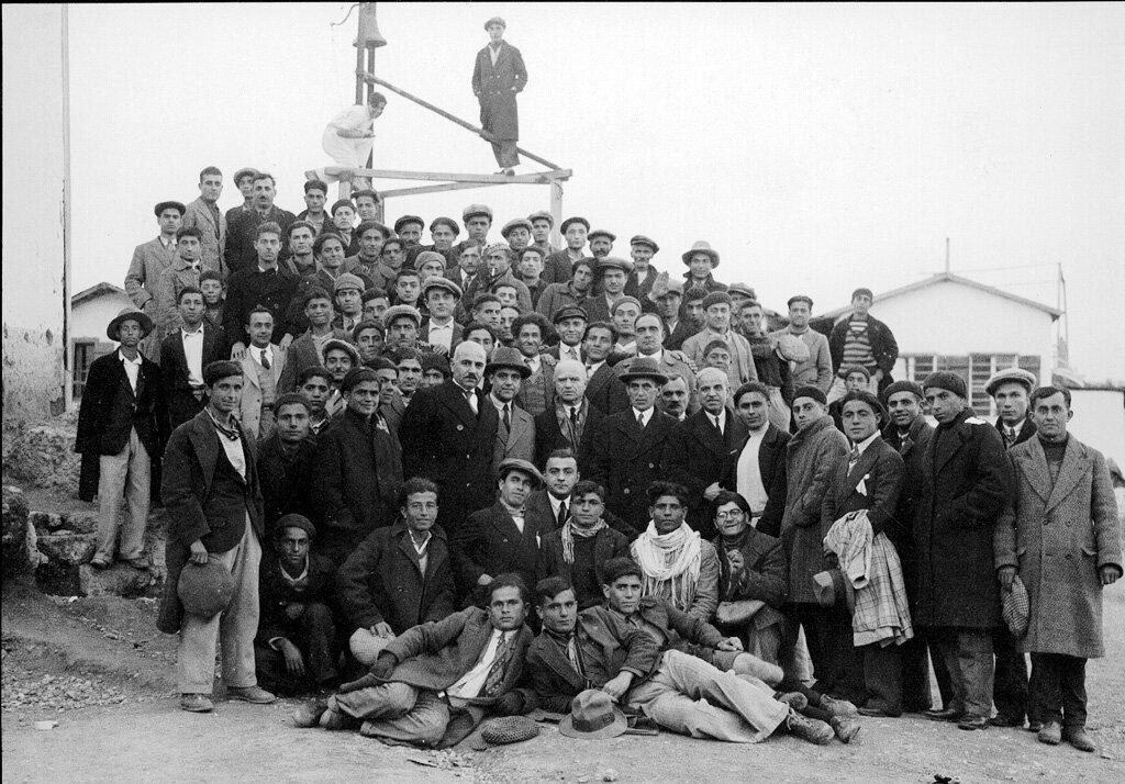 Выпускники института Мелконяна в Пирее в декабре 1931 года перед отправкой в Армению.
