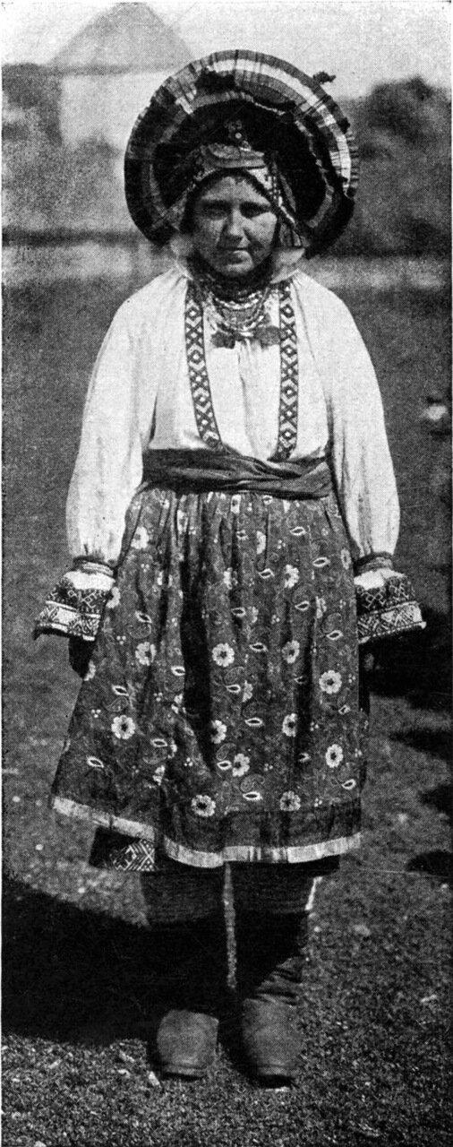 5. Замужняя женщина в праздничном костюме. На ней сорока, головной убор, состоящий из четырнадцати отдельных частей