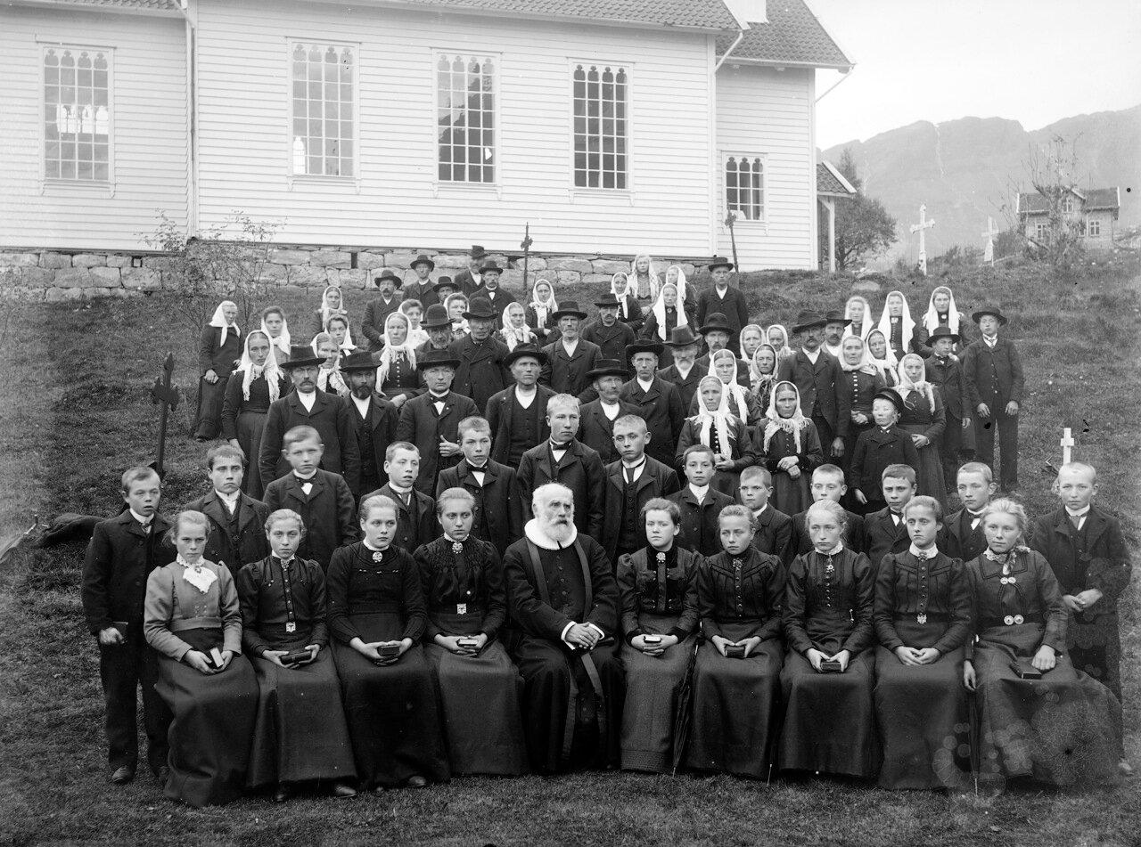 Групповой портрет перед неизвестной церковью. После конфирмации.ок. 1890-1910.