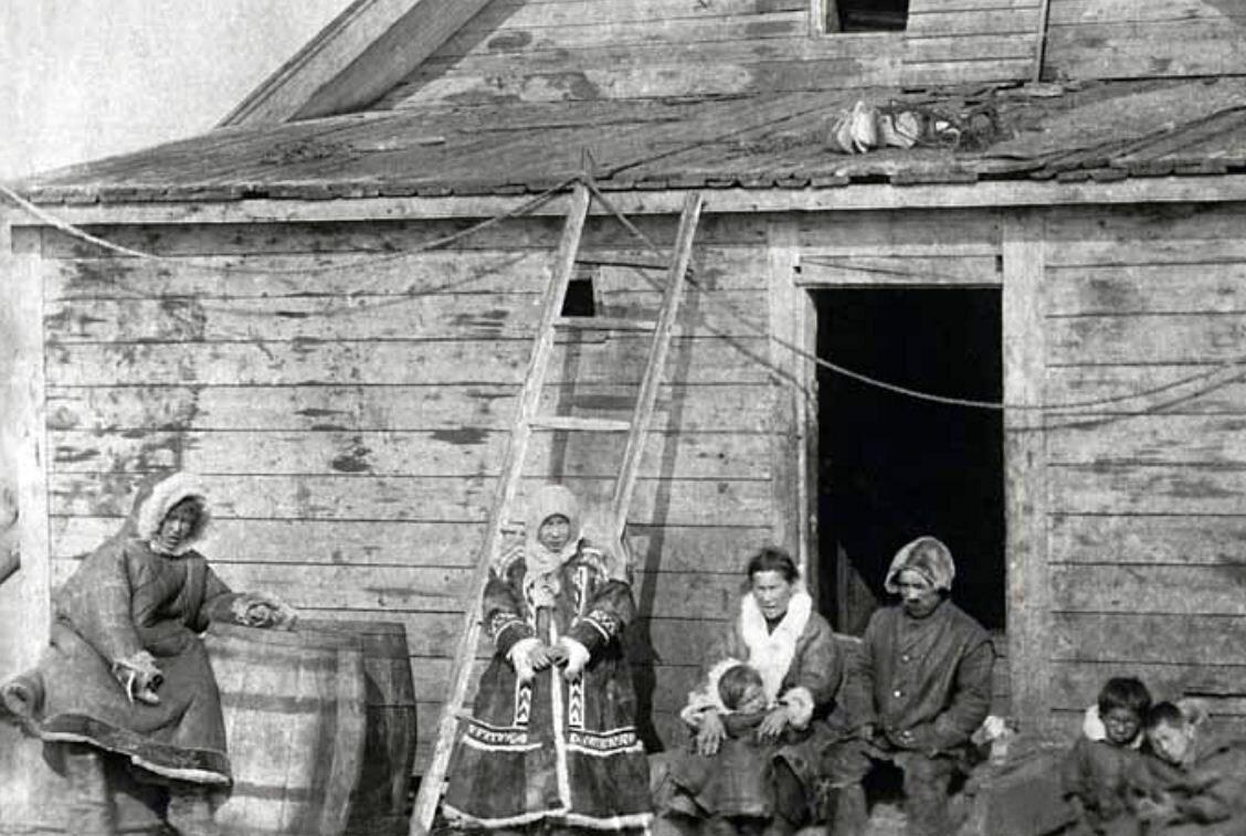 1924. Семья бессменного «президента Новой Земли» И. К. Вылки у своего дома,