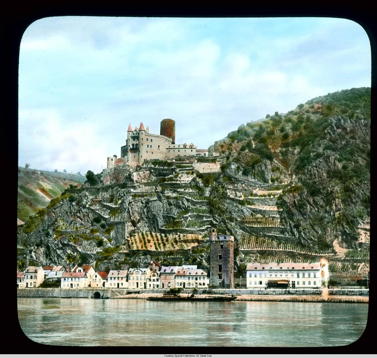 Рейнская долина. Санкт-Гоарсхаузен с террасами виноградников и Крепость Кац.