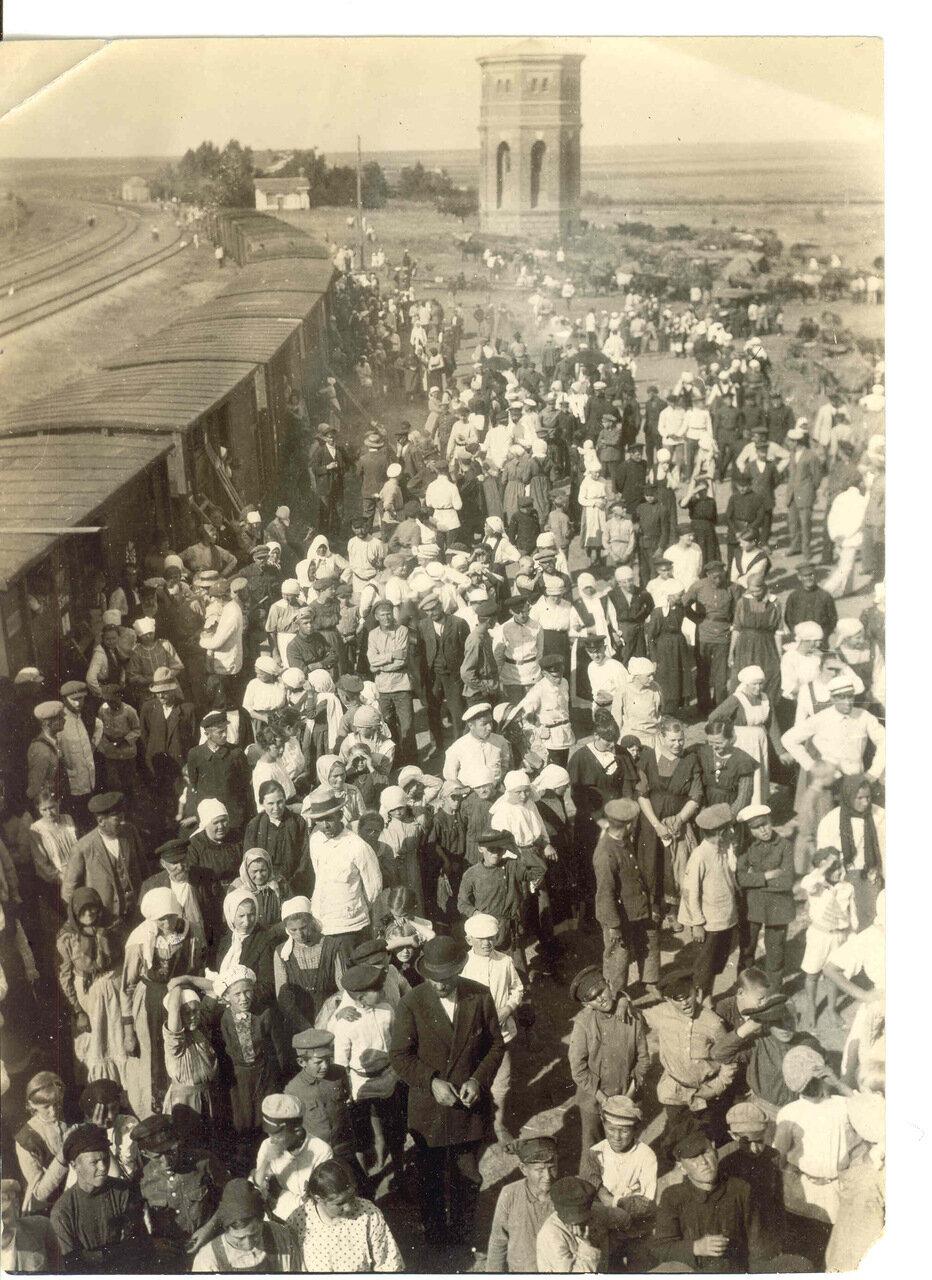 Толпа в ожидании третьего поезда для уезжающих из России
