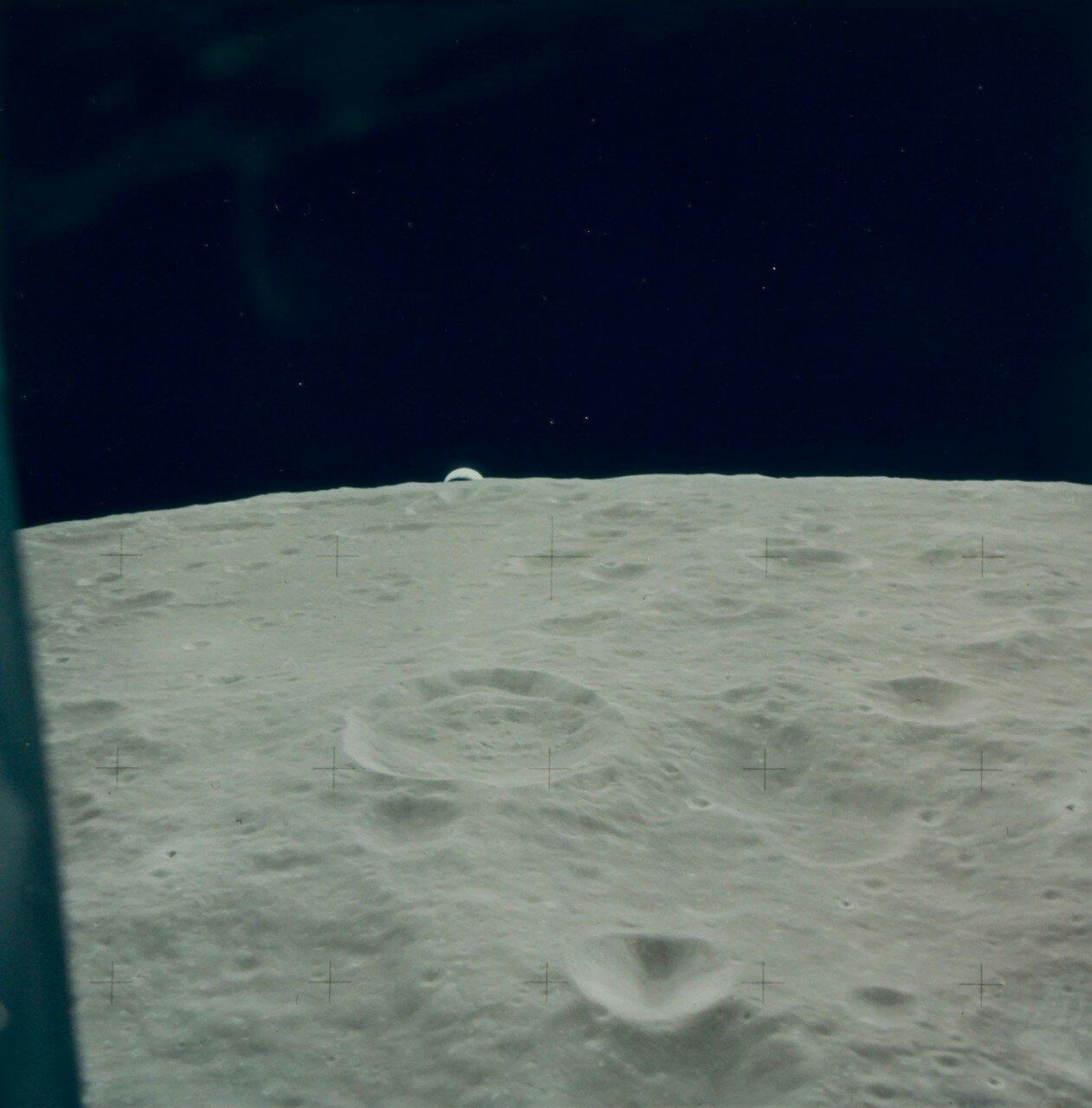 На высоте около 10 км радиолокатор должен был произвести захват поверхности Луны, однако захвата не произошло. Если бы радиолокатор не сработал, от посадки, согласно инструкции, пришлось бы отказаться. На снимке: Восход Земли во время спуска ЛМ