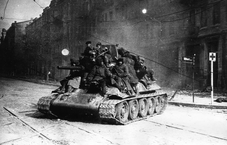 1943.11.06. Фото: Юдин В.П. Танк с бойцами Первого Украинского фронта на улице Красноармейской